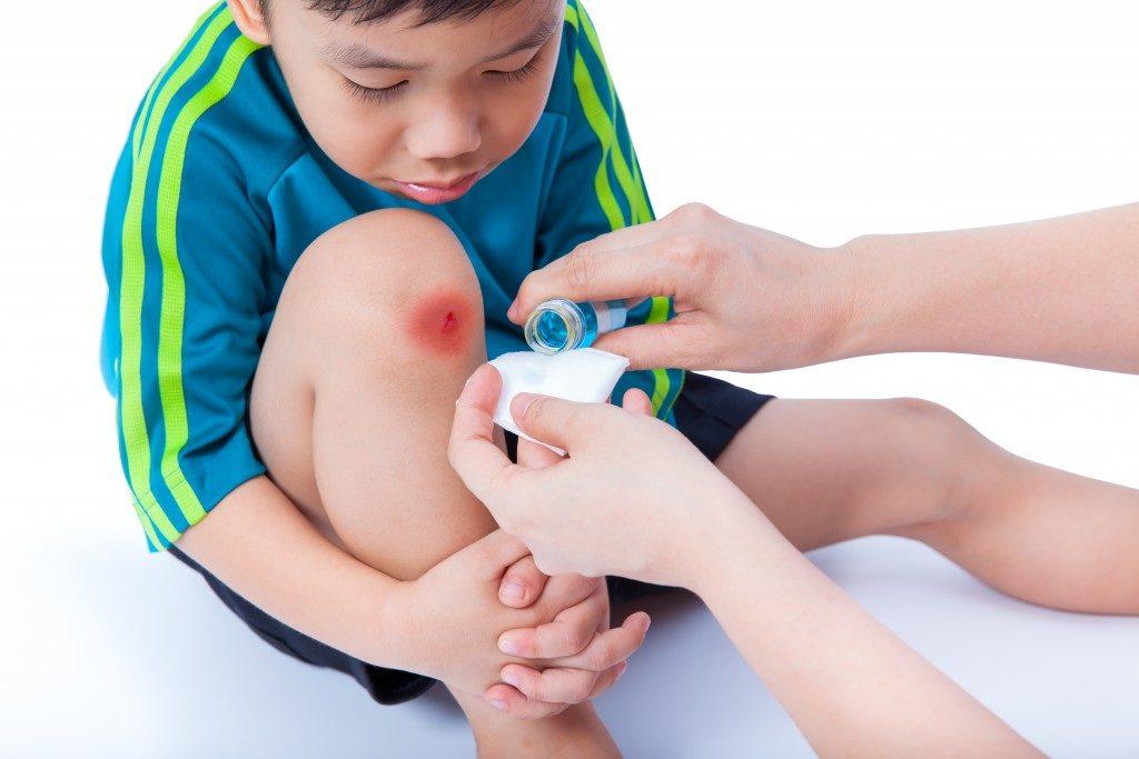 kid having sport injury